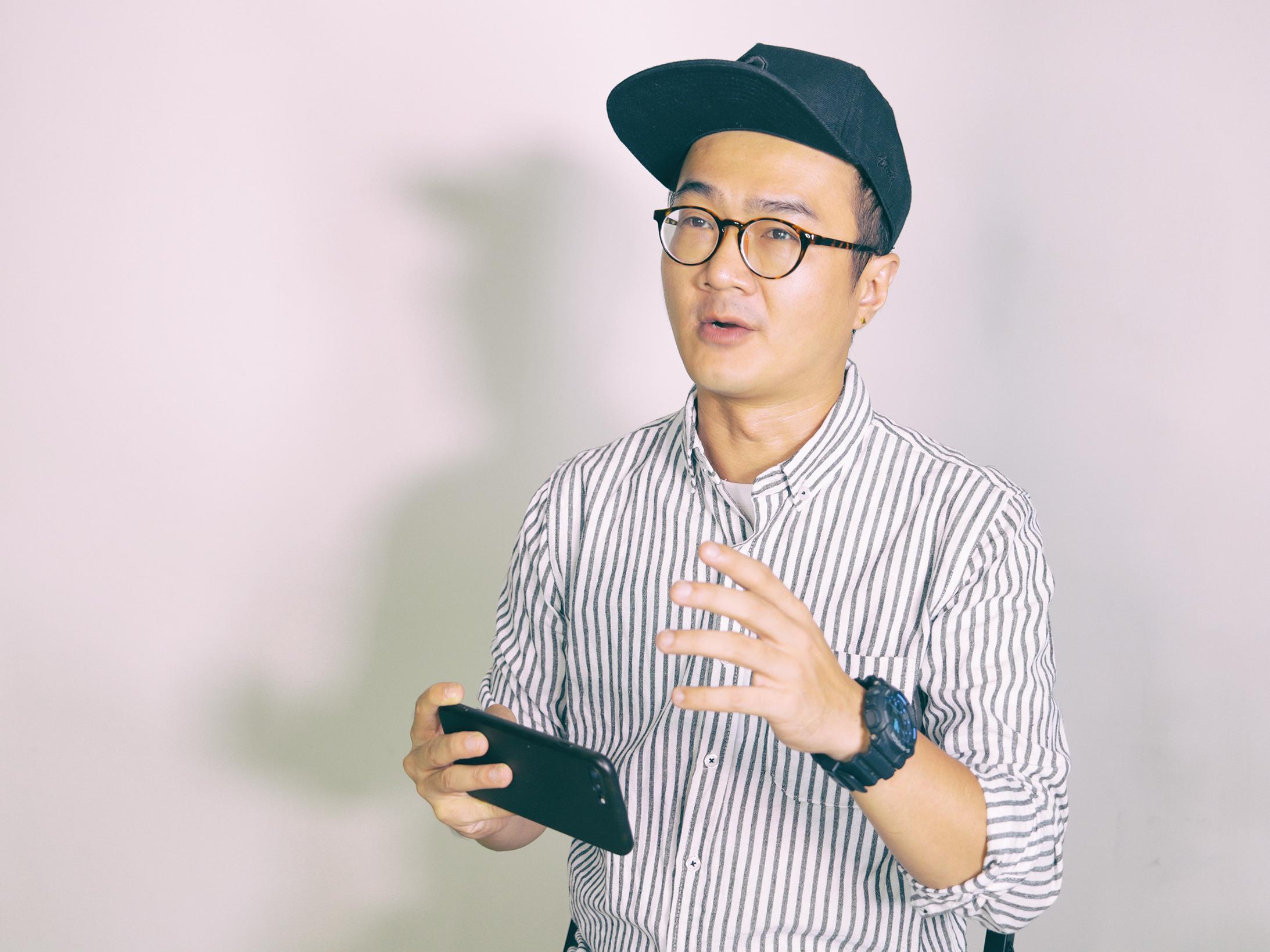 網紅貝克大叔談起手機拍片教學,眼神中流露出無限熱情。