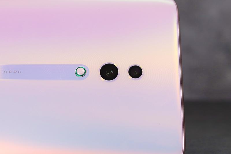 配備雙鏡頭(Sony IMX586 感光元件、1/2 吋感光面積、F1.7 光圈)+ 500 萬畫素鏡頭(F2.4 光圈)